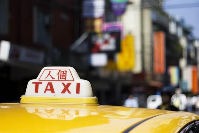 桃園市昨(23日)傳出年輕人坐霸王車且沒戴口罩的事件,遭計程車司機公開行車紀錄器。(示意圖/Shutterstock)