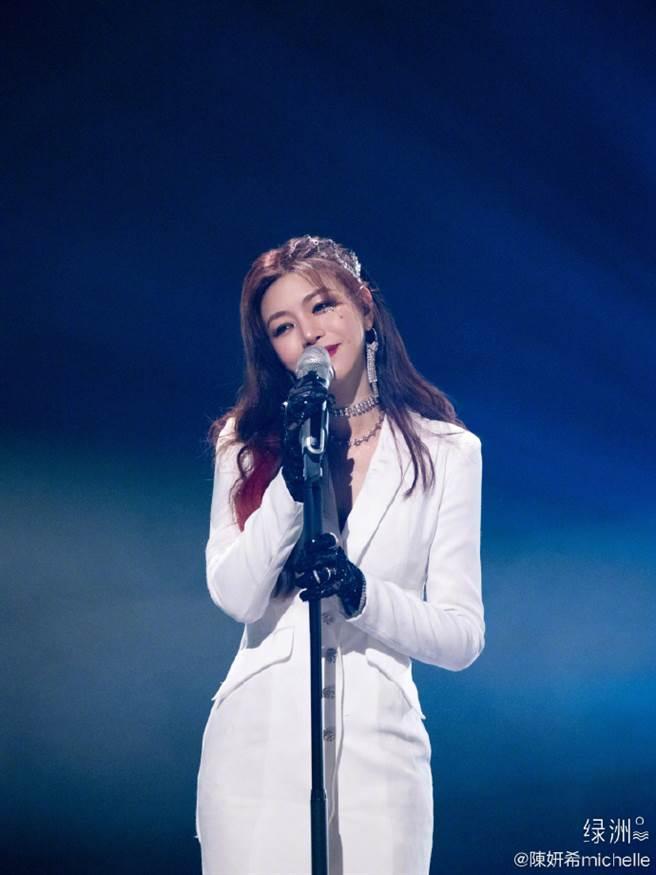 陈妍希演唱写给4岁儿子小星星的同名歌曲《小星星》。(图/取材自陈妍希微博)