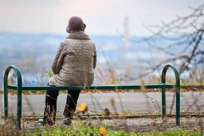 大陸黑龍江一名79歲老婦人色誘不成,竟竟惱怒持木棍狂毆對方致死。(示意圖/達志影像/Shutterstock提供)