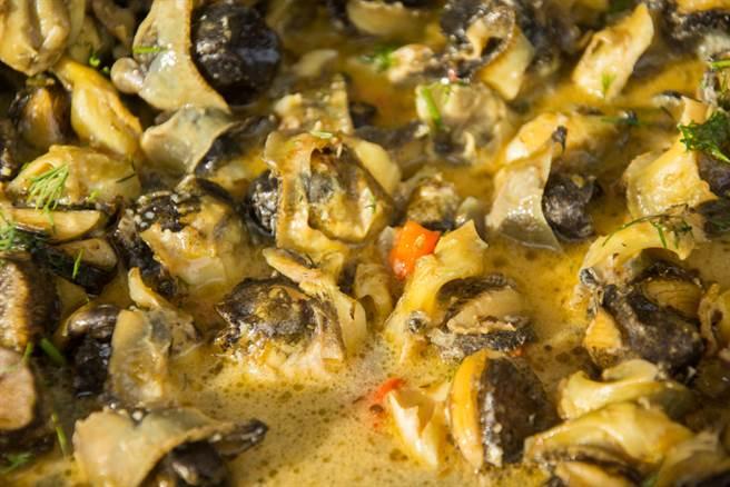 一位網友前往鹿港天后宮旁的店家用餐,點了生炒珠螺卻發現盤中物不只「珠螺」,反映後,店家的回應卻再次讓他傻眼。(示意圖/Shutterstock)