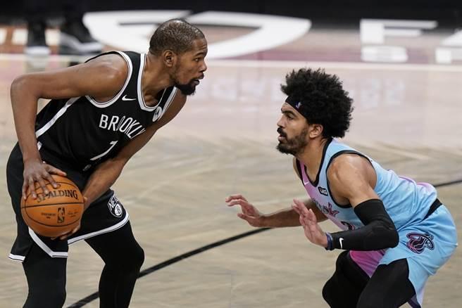 籃網前鋒杜蘭特(左)24日復出就摘全隊最高31分。(美聯社)