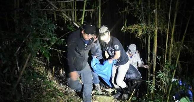 711黑熊频繁靠近人类部落,林管处原定昨日进行驱熊行动,却意外发现牠误中陷阱,将其麻醉后救援。(图/林管处提供)