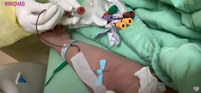 一名西班牙留學生Rita拍攝YouTube影片,紀錄她自己住在隔離病房最崩潰的一天。(圖/截自YouTube/RiRi Chao 悄悄話)