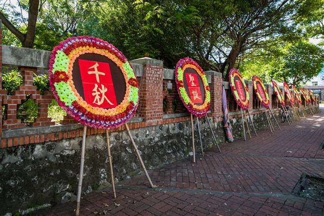 有網友發現台灣人不向日本韓國一樣會在喪禮穿正裝出席,忍不住好奇上網發問。(示意圖/達志影像)