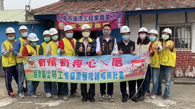 勞工局做工行善團至鹽水區幫李阿公修屋。(台南市勞工局提供/劉秀芬台南傳真)