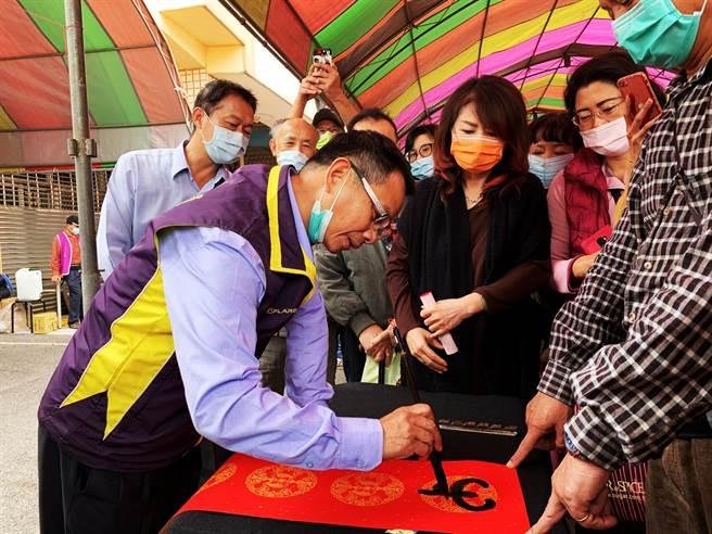 陳清龍議員在鄉親要求下大展身手。(市議員陳清龍服務處提供)