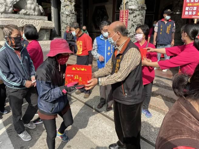 台中南天宮24日舉辦一場「新春送暖‧傳愛千里」公益活動,在農曆過年前發送1000份「歲歲平安福氣箱」希望大家呷平安、好過年。(馮惠宜攝)