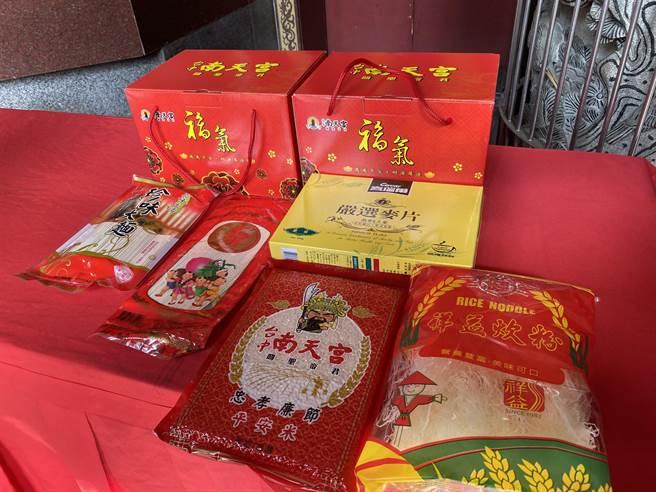 台中南天宮24日發送1000份「歲歲平安福氣箱」,裡頭有平安米、平安麵、米粉、麥片…等民生物資,希望大家呷平安、好過年。(馮惠宜攝)