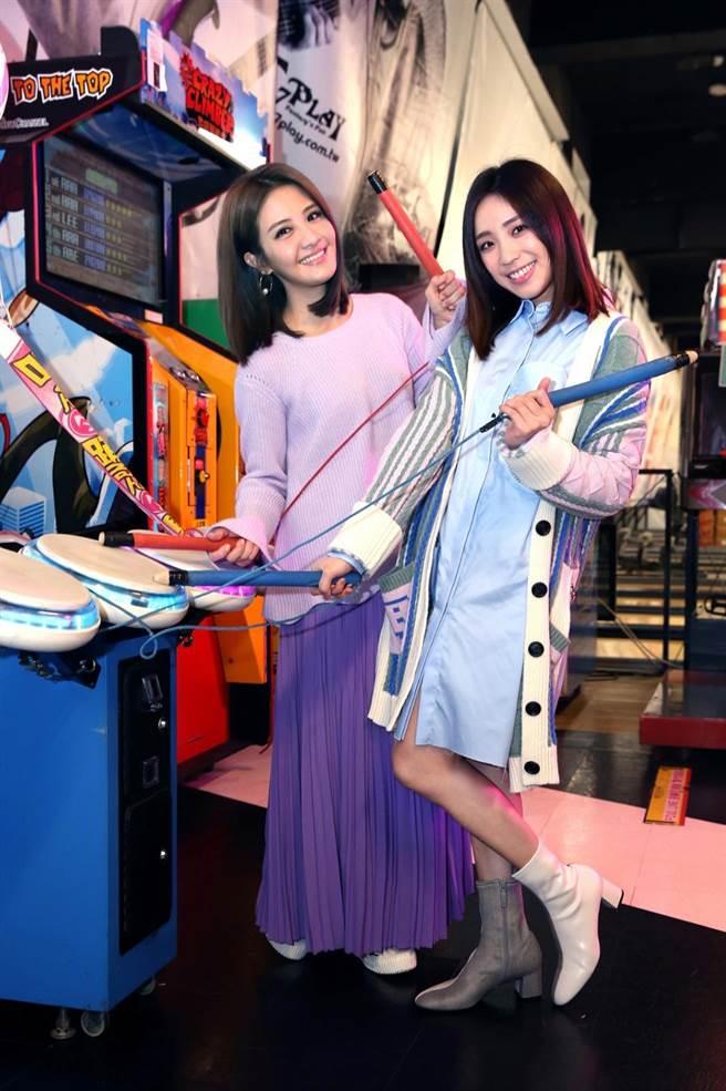 李宣榕和梁舒涵在MV中打保齡球、手足球、沖咖啡、打遊戲機。(福茂唱片提供)