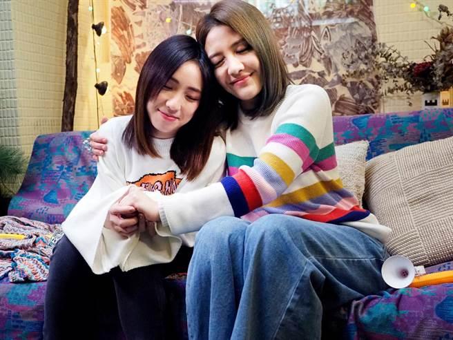 李宣榕和梁舒涵在《親愛的》MV中,展現一秒落淚的功力。(福茂唱片提供)