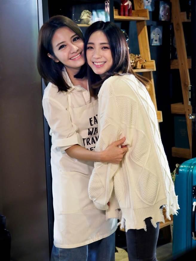 李宣榕和梁舒涵一起拍攝《親愛的》MV。(福茂唱片提供)