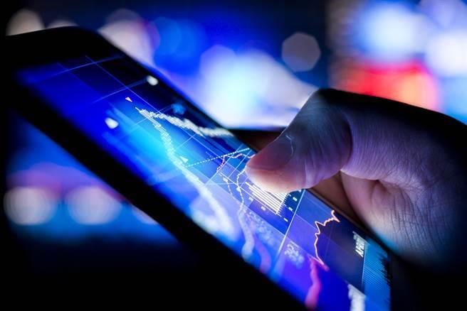 分析師表示,台股面臨震盪「拉積盤」,投資人選股可留意電動車、半導體、封測等長線題材中,漲勢較為落後的股票。(示意圖/達志影像/shutterstock)