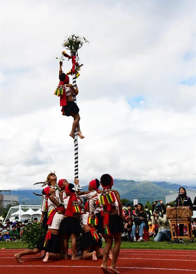 來自大武山下的排灣族孩子,以流暢的舞藝,演繹傳統「成年禮讚」。(莊哲權攝)