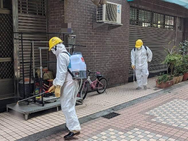 春節連假將至,台中市政府環保局持續加強防疫措施,防疫消毒大隊除每月針對商圈、夜市等加強消毒。(台中市政府提供)