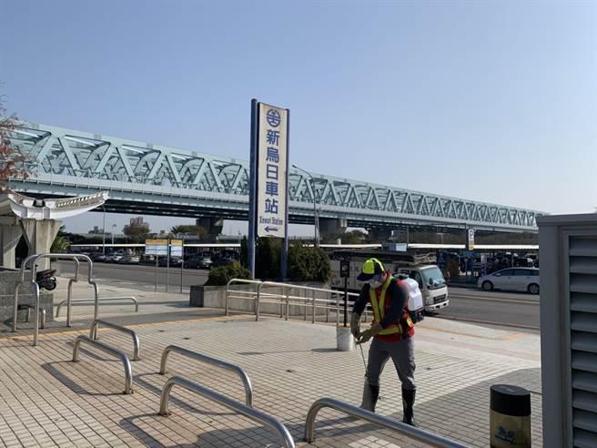 市府派員前往烏日區台鐵新烏日站消毒。(台中市政府提供)