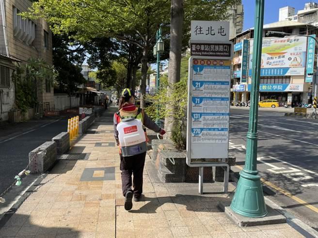 市府派員到台中市中區台中火車站消毒。(台中市政府提供)