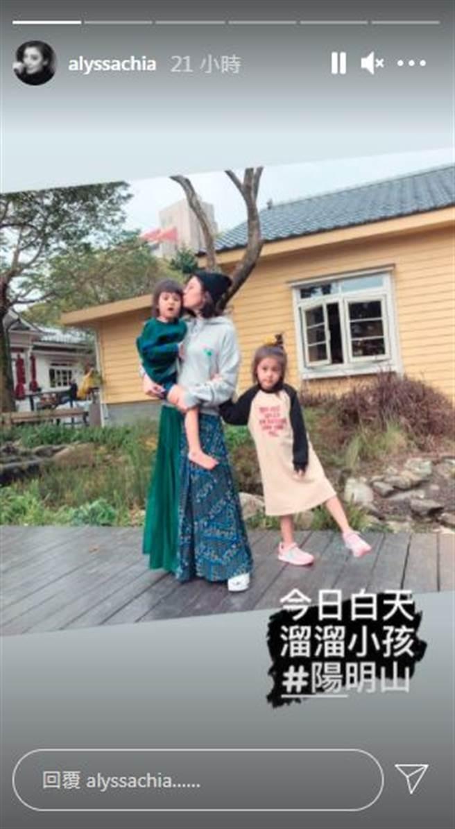 贾静雯晒母女三人合照,咘咘、Bo妞让网友惊嘆长大好多。(图/翻摄自IG)