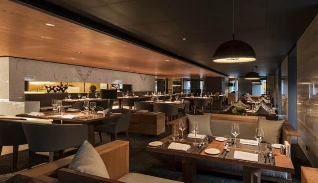 GUSTOSO义大利餐厅採用低调沉稳的色调搭配高质感原木色家俱,营造舒适的用餐空间。(慕轩饭店提供)
