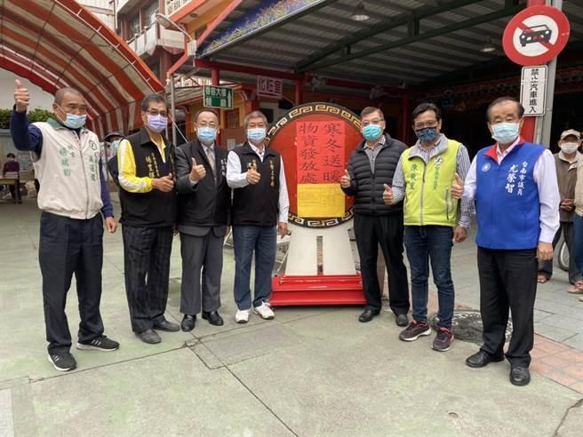 台南市下營上帝廟24日於廟前廣場舉行寒冬送暖活動。(下營上帝廟提供/劉秀芬台南傳真)