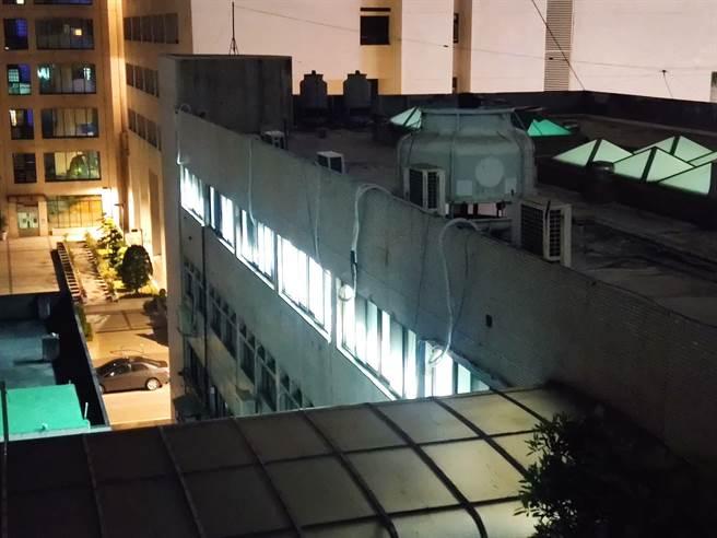 臨時被要求協助通知約5000人居家隔離,桃園市衛生局燈火通明。(賴佑維攝)