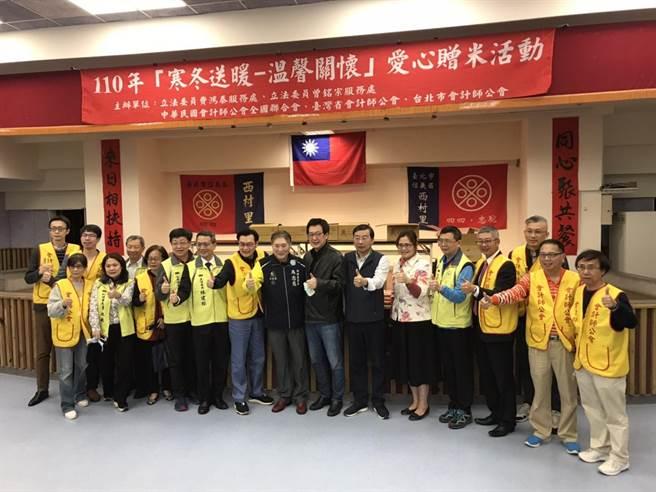 立委費鴻泰、曾銘宗和台北市會計師公會攜手「愛心送暖贈米」。(立委費鴻泰辦公室提供)