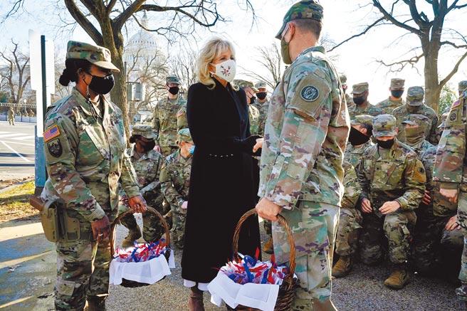 美國第一夫人吉兒拜登,22日突然來到國會山莊外,探望執勤的國民兵,並送白宮烘焙的餅乾給大家品嘗。(路透)