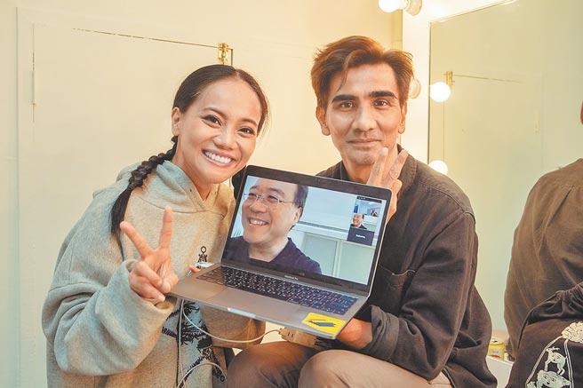 金曲獎歌手阿爆(左)與他的表哥、編舞家布拉瑞揚(右),一起和大提琴家馬友友視訊聊音樂生活。(牛耳藝術提供)