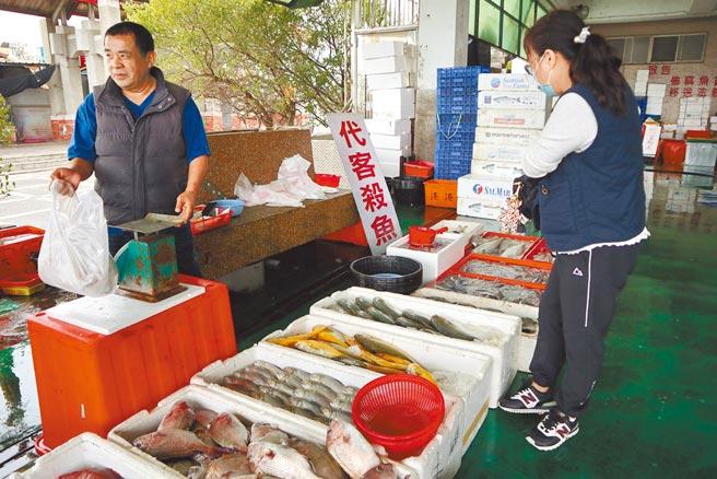 近來天氣好,嘉義縣漁民加緊出海捕撈,但漁獲量卻沒因此增加,賣到魚市場的價格也不如以往。(張毓翎攝)
