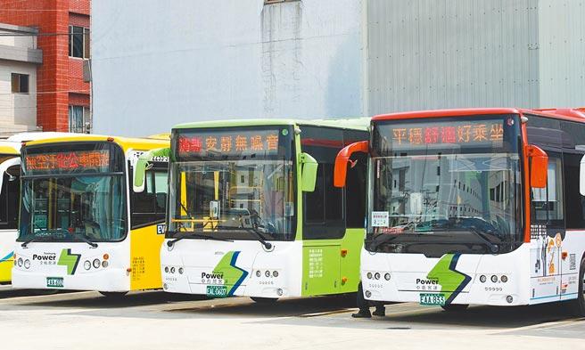 交通局统一将电动公车的车头及车尾涂装「白底绿闪电」图案,鼓励民眾优先选择搭乘电动公车。(台中市政府提供/陈世宗台中传真)