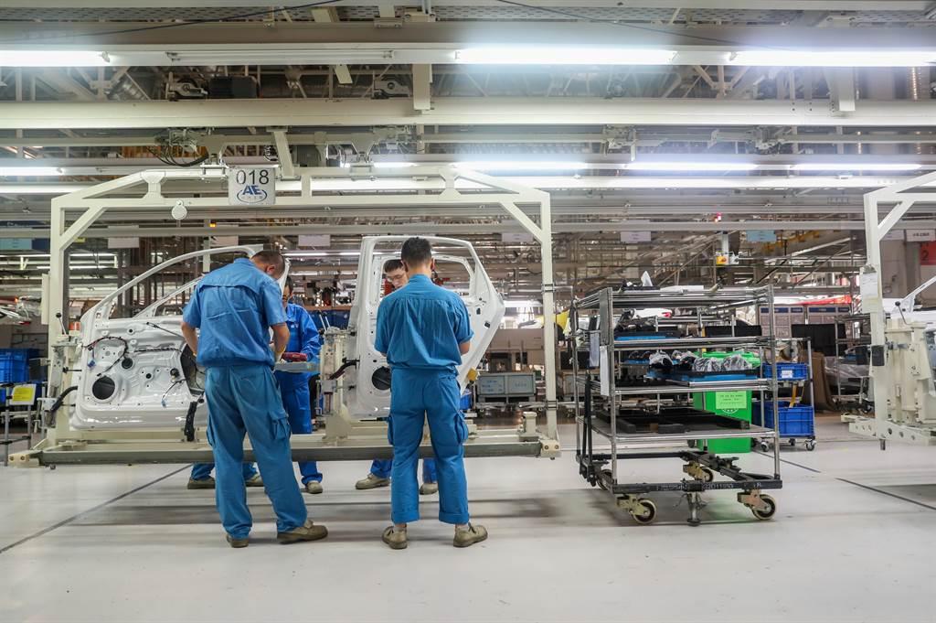 大陸FDI(外國直接投資)去年在全球大衰退之下仍逆勢成長。圖為上汽大眾上海廠生產線,上汽大眾為中德合資,符合FDI定義。(新華社資料照片)