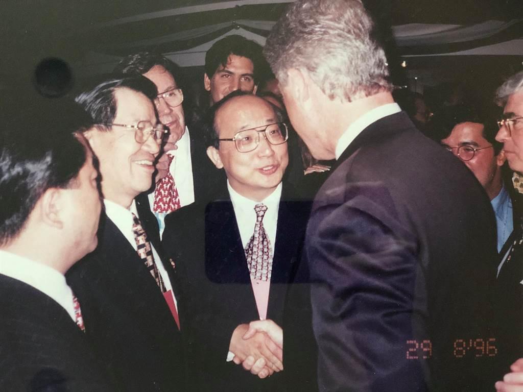 胡志強和蕭萬長與柯林頓會面照片。(圖片摘自胡志強臉書照片)
