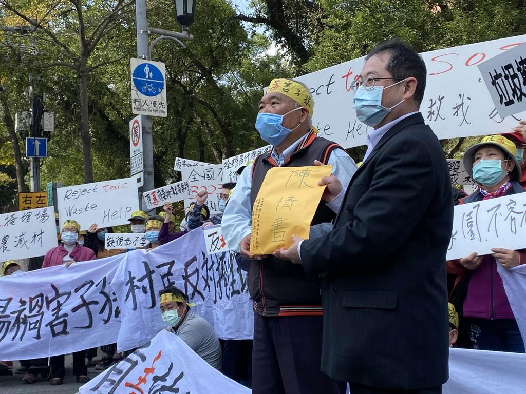 農委會農田水利署副署長陳衍源出面接過民眾陳情書。(李柏澔攝)