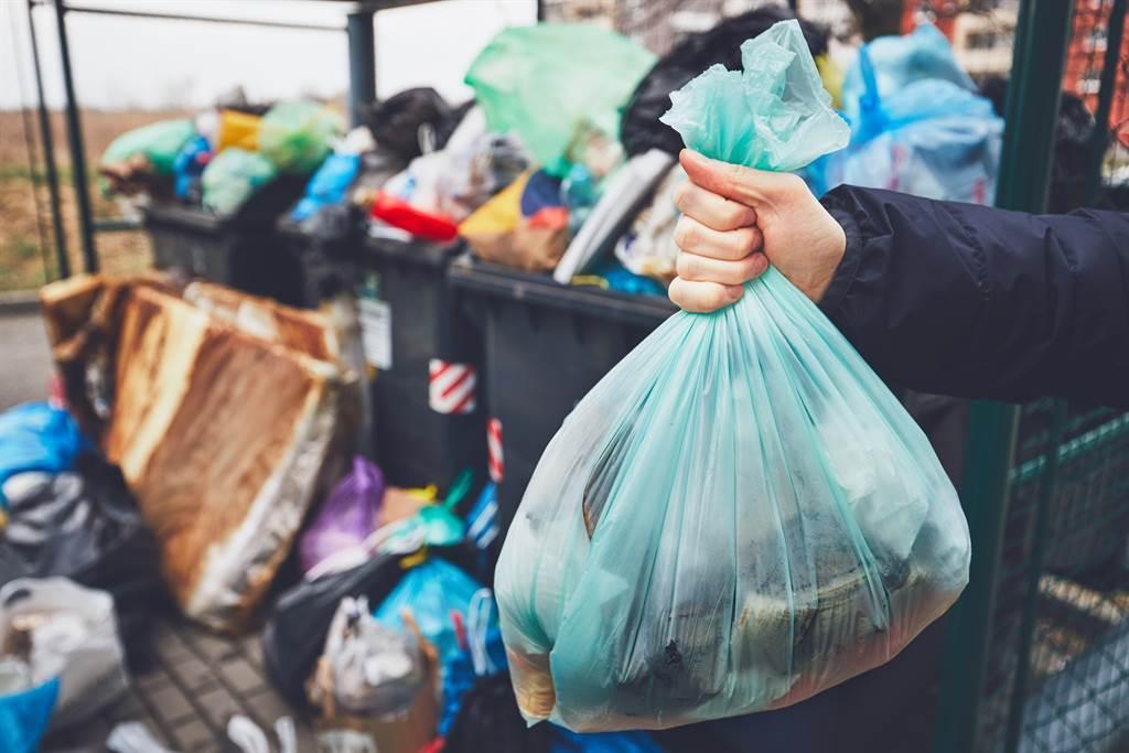 一名男網友日前在廢棄物中翻出一張建物權狀和一本存摺。(示意圖/達志影像)