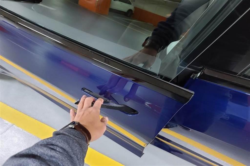 透過遠距啟動功能,即使沒有鑰匙也可以開特斯拉,緊急移車或授權給友人開車超方便!