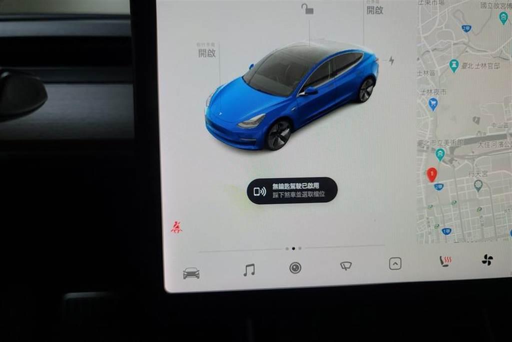 當啟動成功,車輛會顯示「無鑰匙駕駛」模式已啟用,這時候必須在 2 分鐘內打檔開始駕駛。
