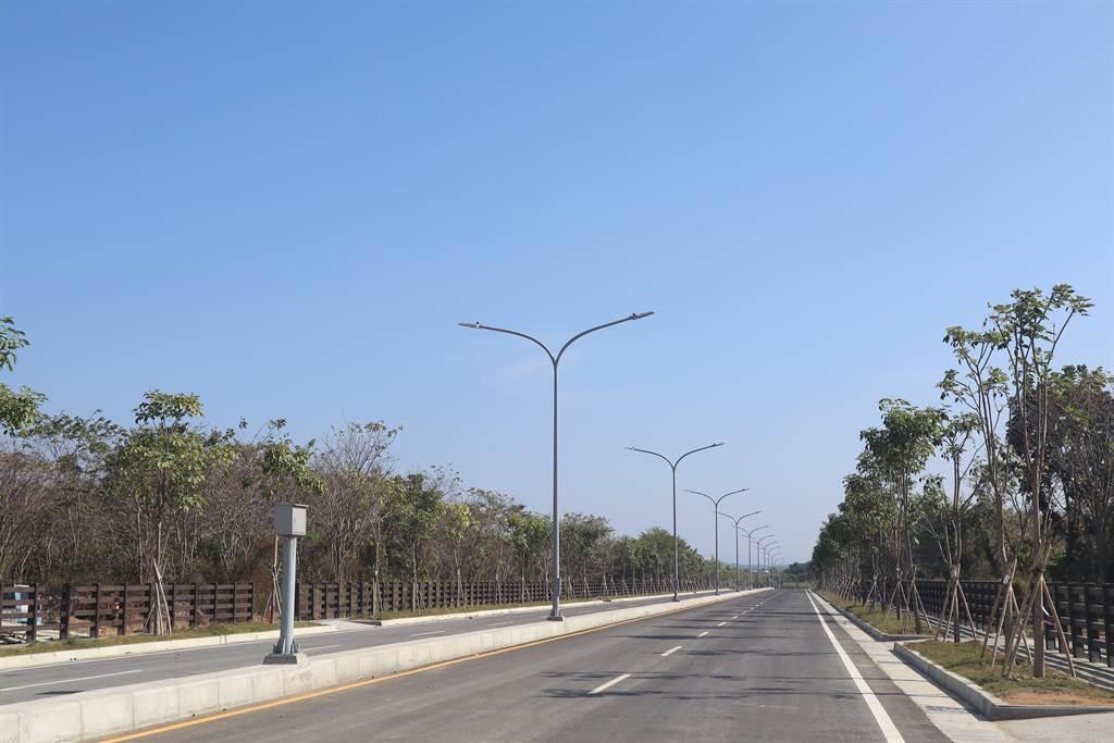 斥資約12.3億元的台南沙崙綠能科學城聯外道路25日上午通車,未來將大幅縮短高鐵站至歸仁區、關廟區的距離,同時還可帶動沙崙綠能科學城周邊發展。(李宜杰攝)