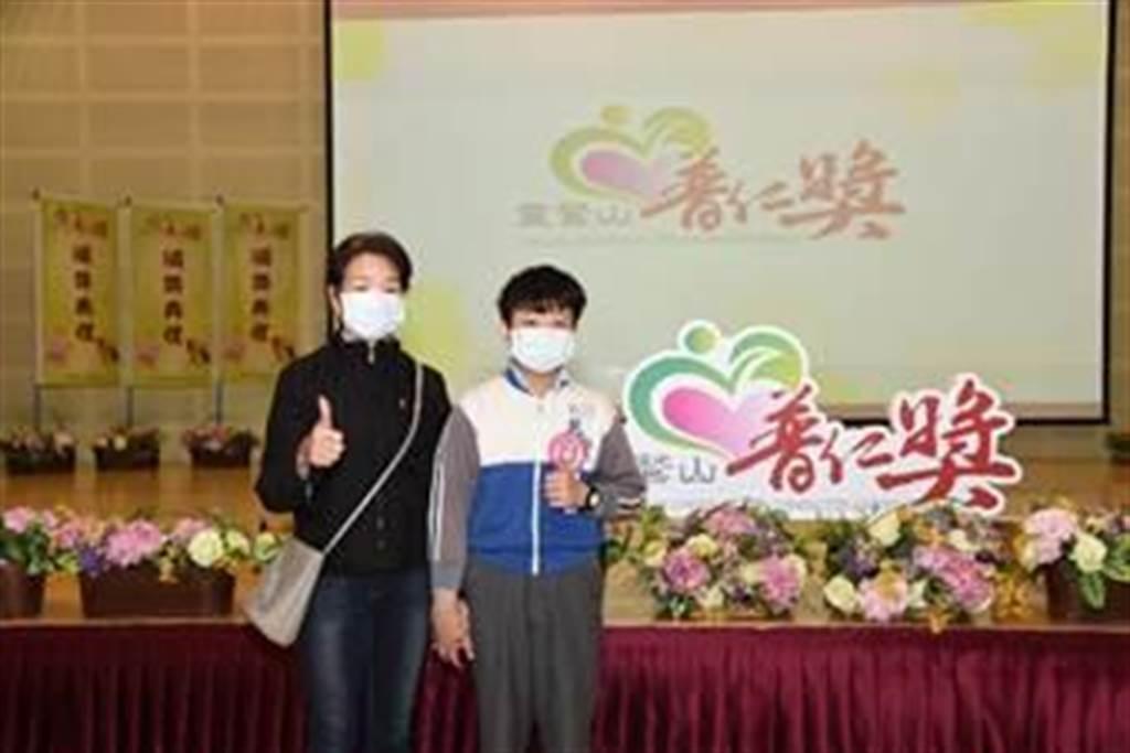 新莊區民安國小李金鴻(右),與相依為命的奶奶,一起出席新北B區普仁獎頒獎典禮。(圖由靈鷲山佛教教團提供)