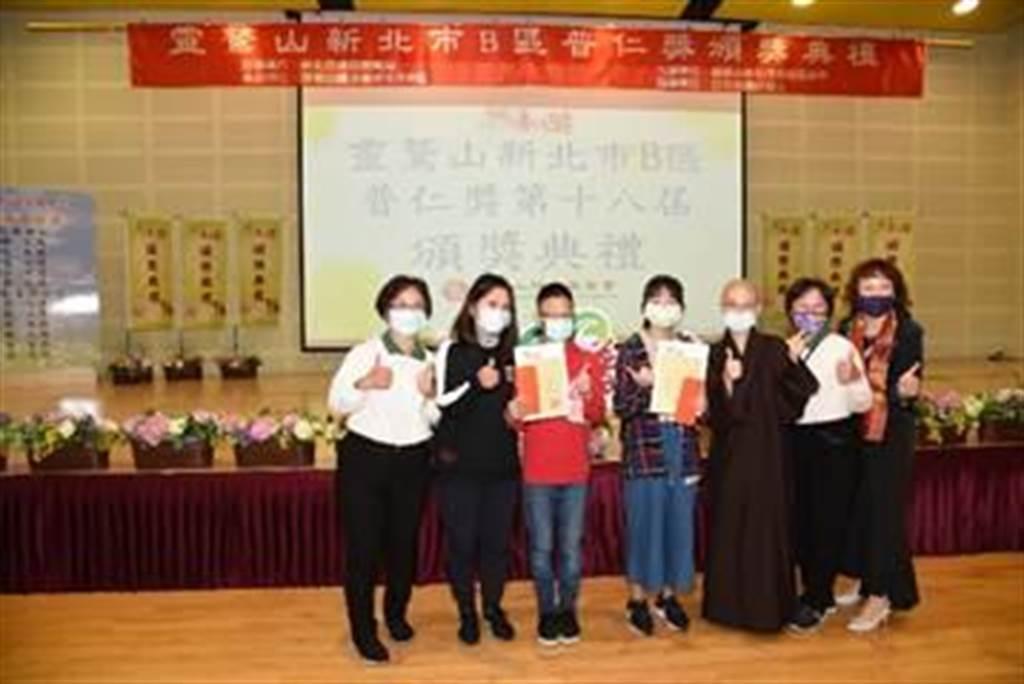 就讀丹鳳高中附設國中8年級的吳逸琳(左四),與同時獲獎的弟弟吳冠霖(左三),在母親陪同下,開心與。(圖由靈鷲山佛教教團提供)