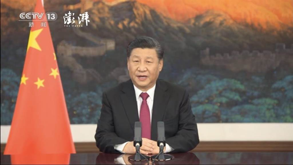 大陸國家主席習近平25日晚間在北京以視訊方式出席世界經濟論壇「達沃斯議程」對話會並致詞。(取自央視、澎湃新聞直播畫面截圖)