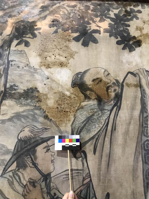 台南市文資處近來於國定古蹟台南大天后宮壁畫周邊增設2座負離子產生器,有效減少壁畫受油煙沾附情形。(文資處提供/李宜杰台南傳真)
