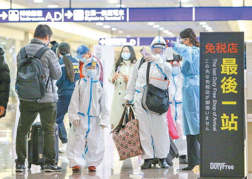 為趕在農曆春節前回家,不少旅外國人趕在27日檢疫大限前入境。圖為桃園機場入境大廳。(陳麒全攝)