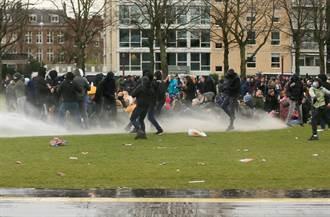 荷兰反防疫示威爆警民衝突 逾240人被捕