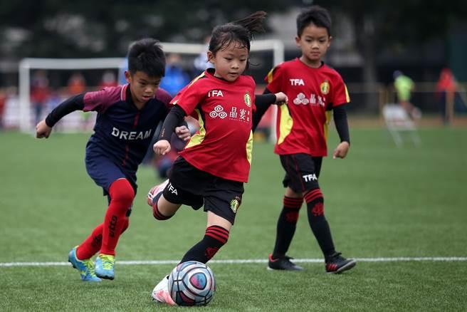 年僅7歲的足球女神童蔡舒羽在兒童公益足球賽風靡全場。(李弘斌攝)
