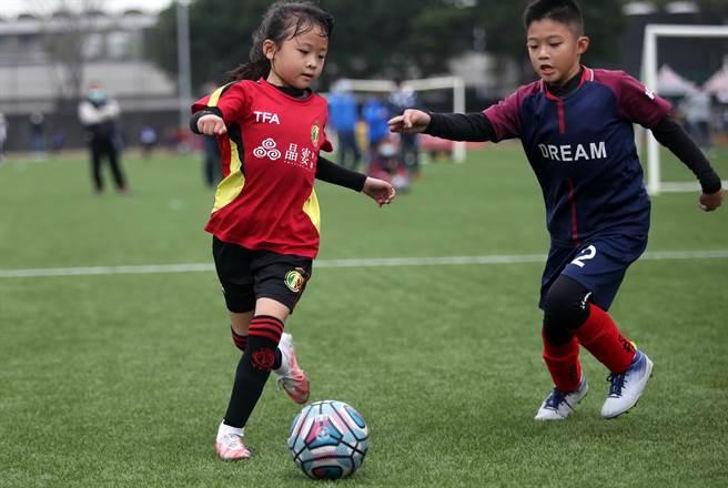 蔡舒羽(左)執行跨球轉身等假動作乾淨俐落,屢屢甩開防守者。(李弘斌攝)