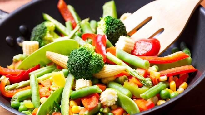 油炒或水炒青菜,到底哪個比較好?營養專家拿數據分析。(示意圖/Shutterstock)