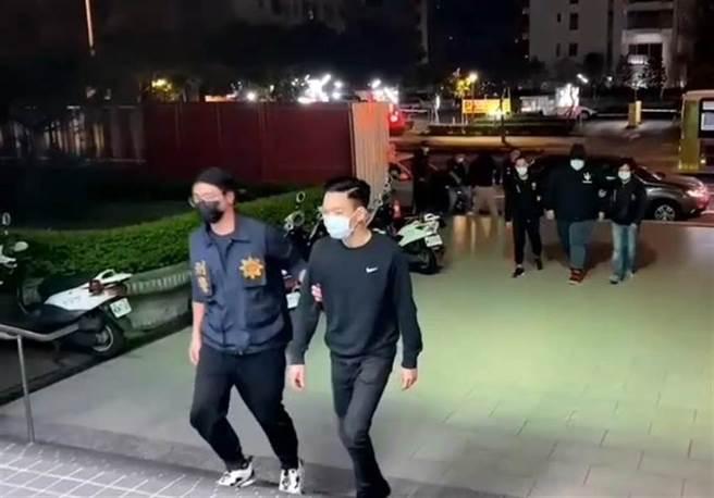 劉姓男子(左2)不滿女友被虧,糾眾砸車鬥毆,凌晨被通知到案說明。(翻攝畫面/胡欣男台北傳真)