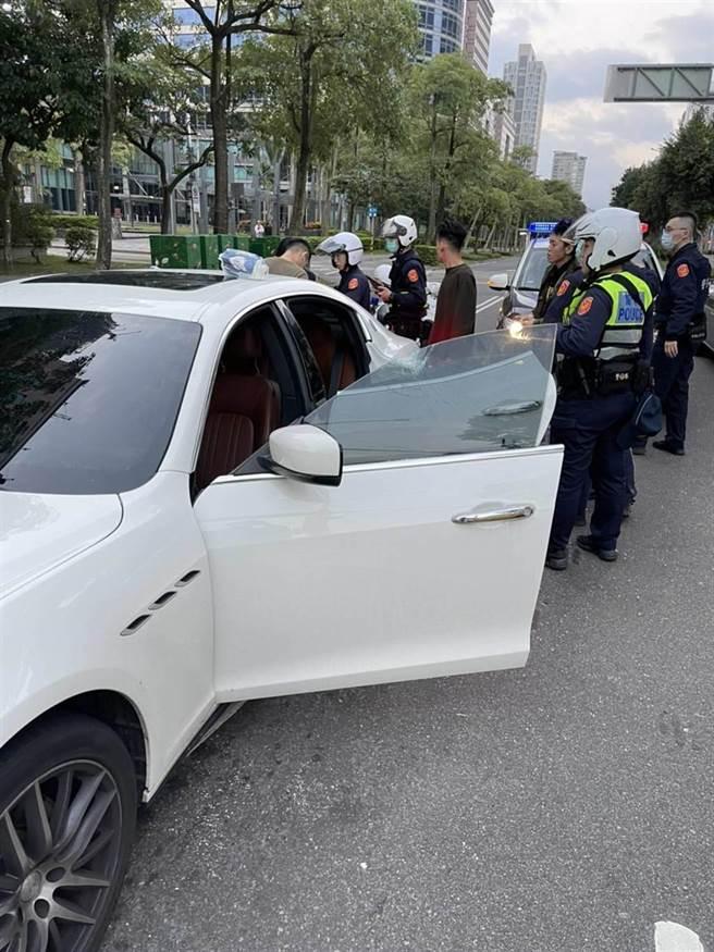 瑪莎拉蒂在台北市消防局前被砸,警方獲報趕往處理。(翻攝畫面/胡欣男台北傳真)