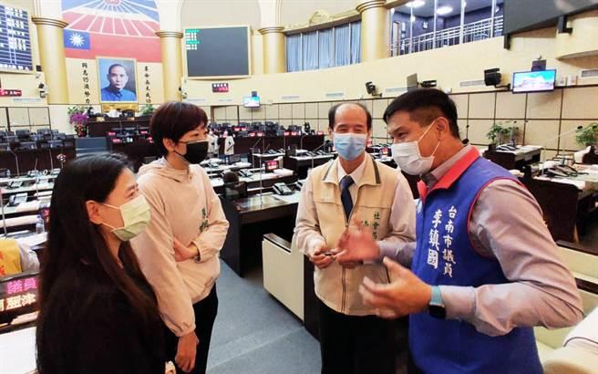 台南市政府社會局長陳榮枝(右二)外傳將異動,不少議員都肯定他的表現。(洪榮志攝)