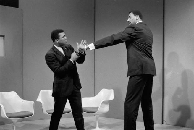 NBA傳奇中鋒張伯倫(右)曾公開挑戰世界重量級拳王阿里(左),兩人幾乎簽約但是沒有成局。(美聯社資料照)