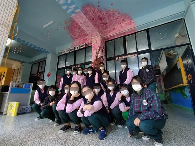 高職餐飲靜班則以「桃花源記」為背景,教室內外都畫上美麗的桃花樹,從梁柱延伸到天花板,就像桃花樹拔地而起,生長在教室一樣。(吳建輝攝)